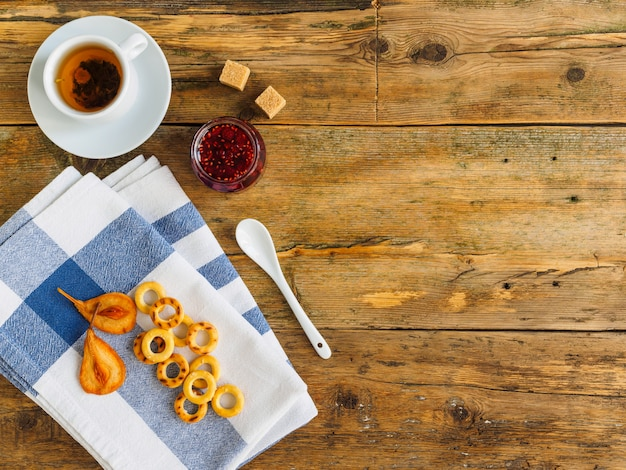 Чайная церемония на деревянном столе. варенье и синее полотенце.