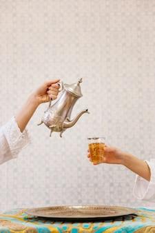 Concetto di tè nel ristorante arabo