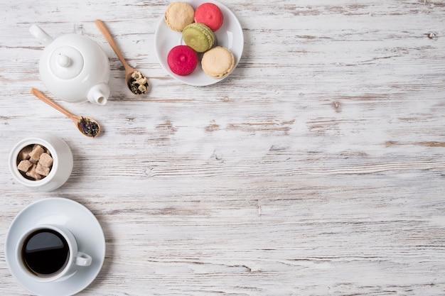 白いテーブルにお茶、クッキー、砂糖。