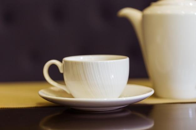 テーブルの上のティーカップとティーポット。朝食とファイブオクロックティー。お茶の時間。