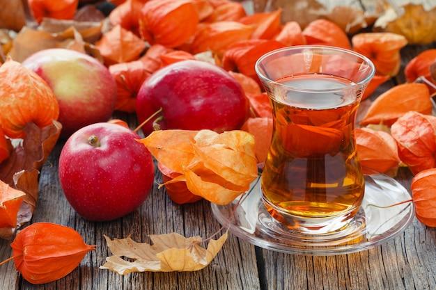 Чашка на столе с осеннего урожая