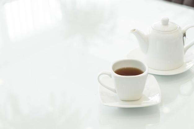테이블에 차 잔