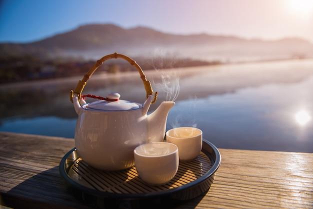 木製のテーブルの上のティーカップ。