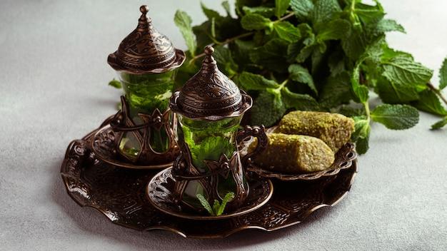Чайные чашки и расположение блюд