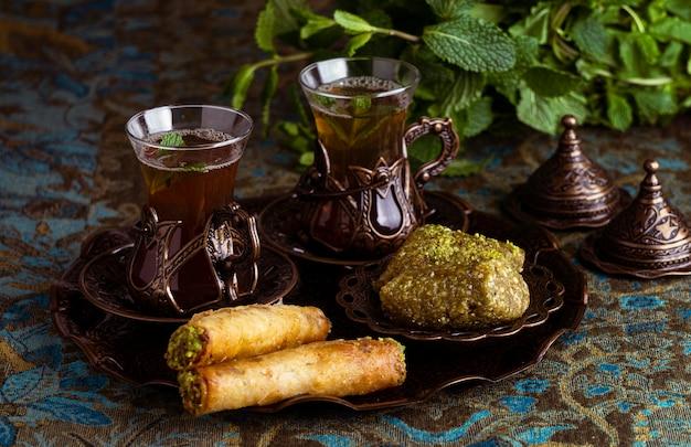 Ассорти чайных чашек с едой