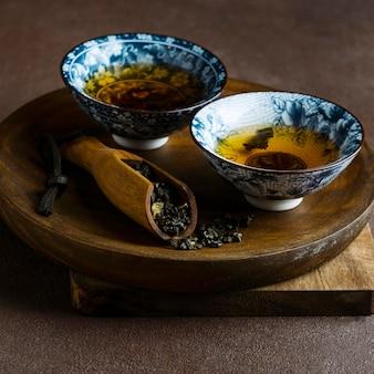 Disposizione delle tazze e delle erbe di tè