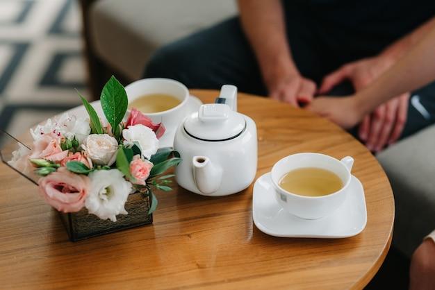 磁器のコップと急須で紅茶を飲むお茶