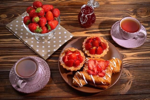 Чаепитие с тарталетками и пирожными с клубникой