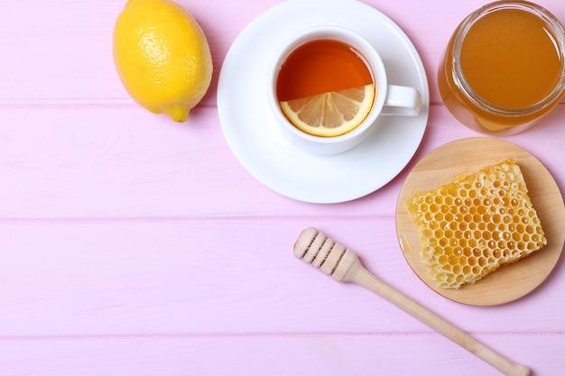 탁자 위에 있는 차 꿀과 레몬
