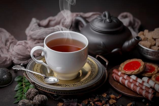Чай горячий напиток на фоне старых в составе на столе