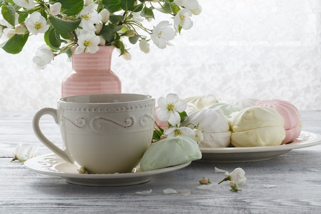 Чай в красивой чашке с цветами