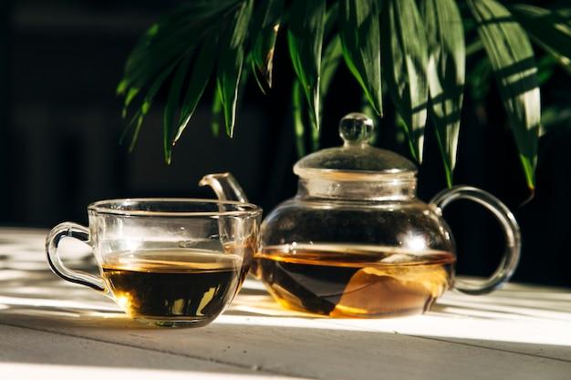 Чай в чайнике на солнце на фоне крупным планом