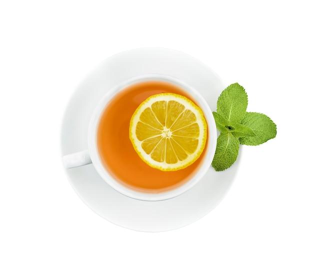 Чай в белой кружке с лимоном и мятой