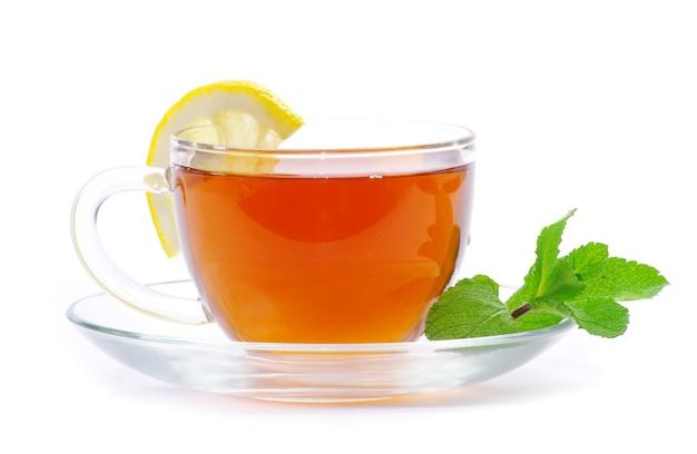 리프 민트와 레몬 흰색 절연 컵에 차