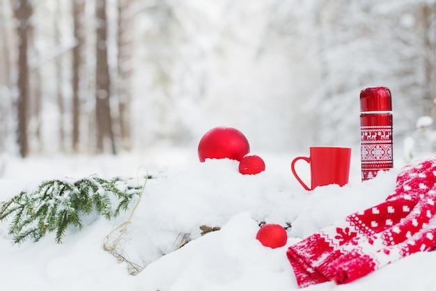 冬の森の赤い魔法瓶のお茶