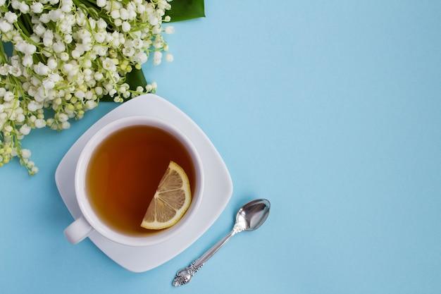 カップのお茶と青の谷のユリ