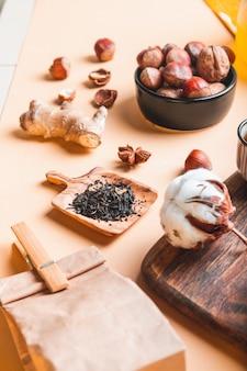 木のスプーン、ショウガの根、蜂蜜のテーブルドライティーのお茶の成分。