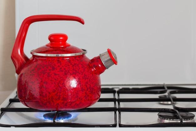Чайник с кипятком на газовой плите