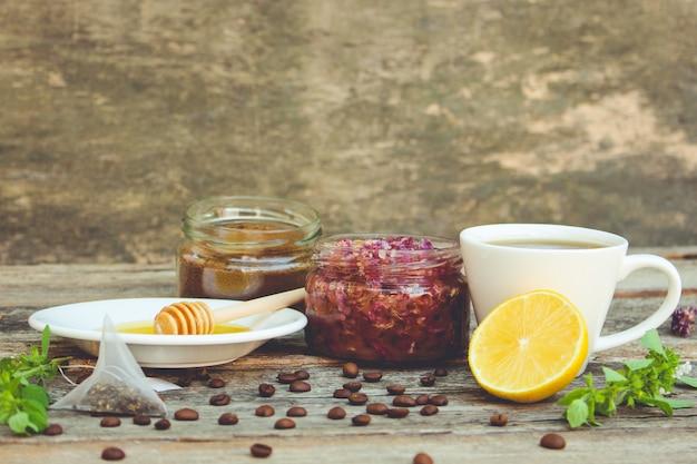 お茶、レモン、ミント、バラの花びらで作ったジャム、蜂蜜。トーンの画像。