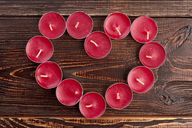 ハートの形をしたティーライトキャンドル。バレンタインデーの休日。愛のテーマのコンセプト。