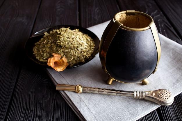 黒い木製の茶仲間。