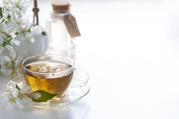 Чай из цветов жасмина, концепция спа.