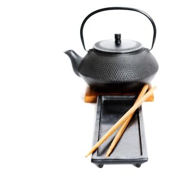 Чайник и палочки для еды