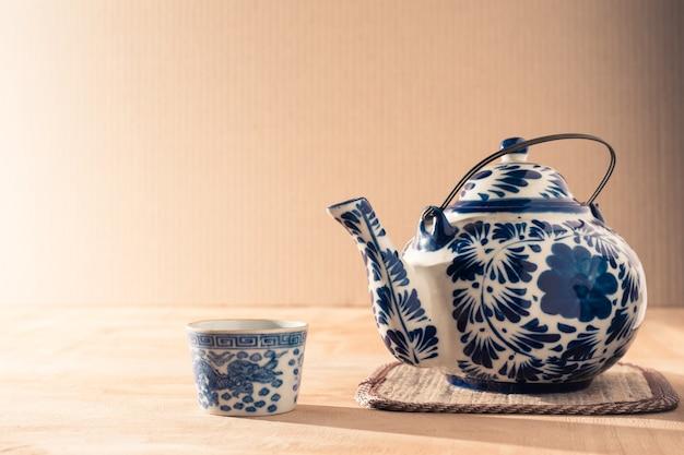 나무 테이블에 차 남 비 세라믹 중국 스타일.
