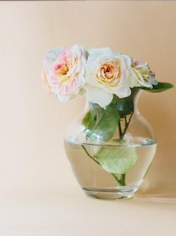 Мини-букет из чайных роз в стеклянной вазе