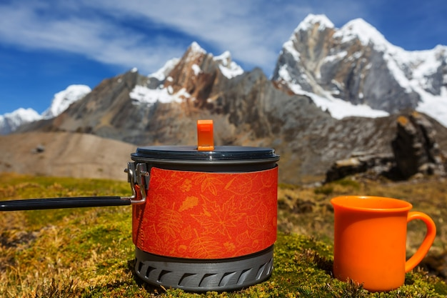 高山を舞台にしたお茶。ペルーのcordillerahuayhuachでのハイキングシーン。