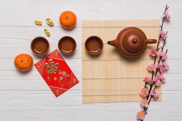 Set da tè vicino a carte e fiori