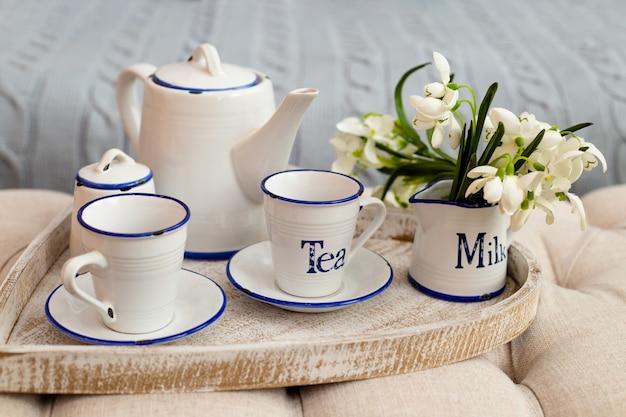 Чайный сервиз на подносе, концепция завтрака.