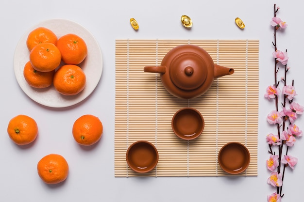 Set da tè tra mandarini e ramo di sakura