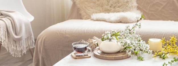 テーブルの上の花とお茶セット