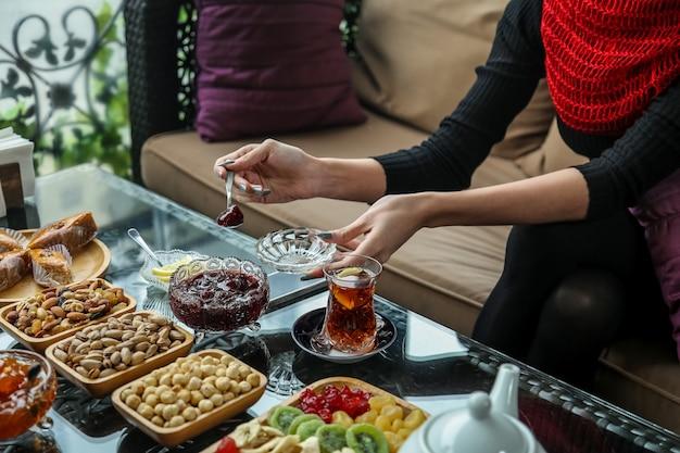 Чайный сервиз со сладостями, лимоном и джемом