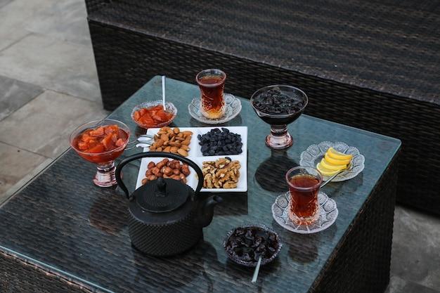 Servizio da tè con dolci, limone e marmellate