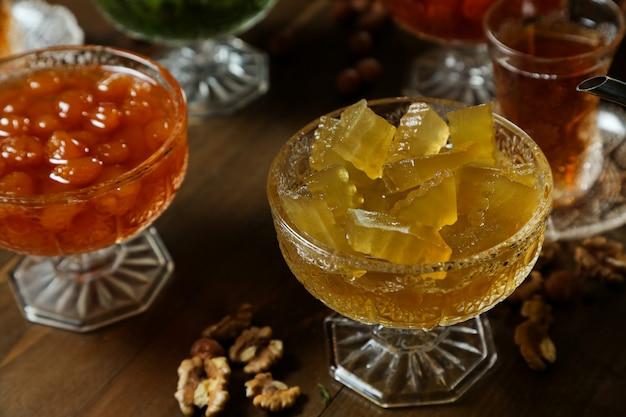 Servizio da tè con anguria e marmellata di ciliegie