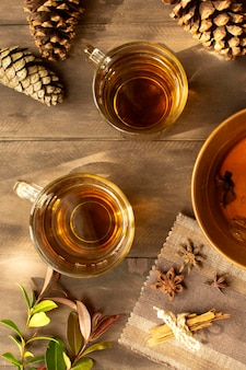 お茶の冬の飲み物と松ぼっくり