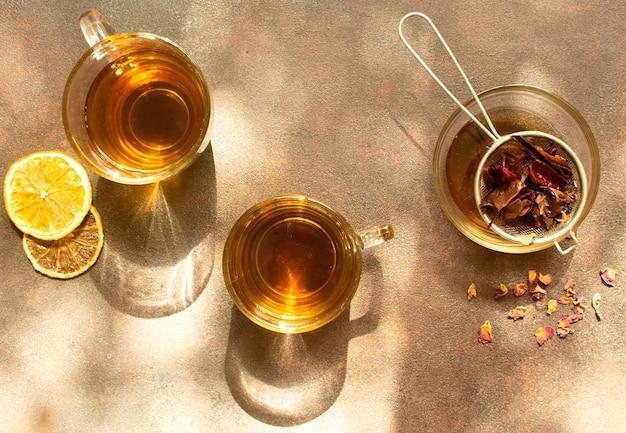 お茶の冬の飲み物とレモンのスライス
