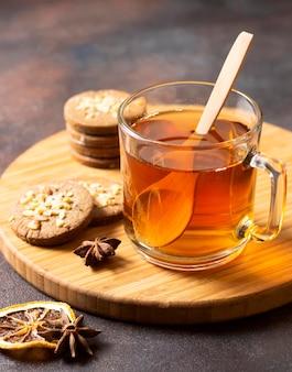 お茶の冬の飲み物と木のスプーン