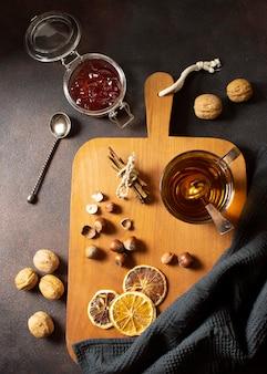 木の板にお茶の冬の飲み物