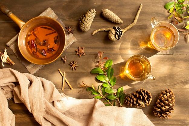 Disposizione di vista dall'alto della bevanda invernale del tè