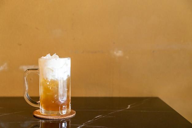 リンゴジュースとヨーグルトフォームを上に乗せたお茶