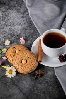 Чай с ягодами, корицей и печеньем на голубом мраморе
