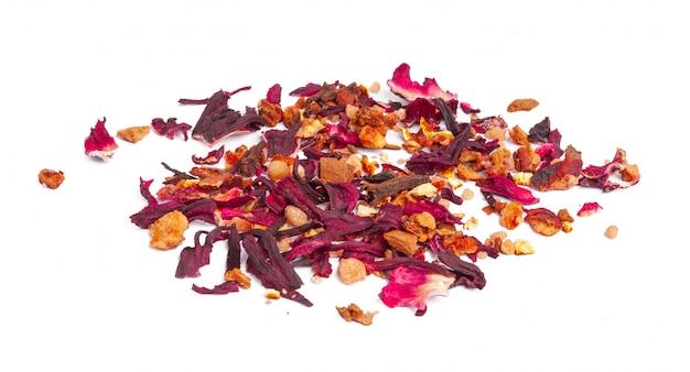 砂糖漬けのフルーツと分離されたバラの花びらとお茶