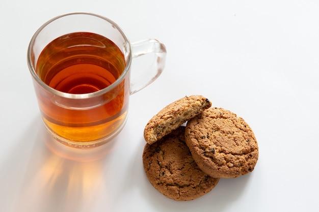 白い背景の上のクッキーとお茶