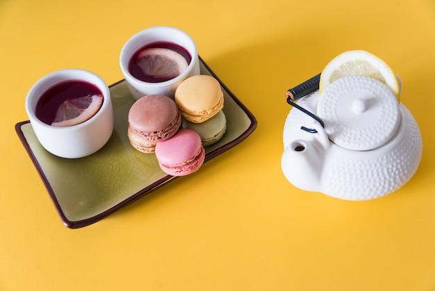 黄色の背景にクッキーとお茶。フォーカスセレクティブ。