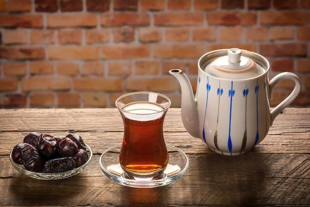Чай с финиками на деревянном столе