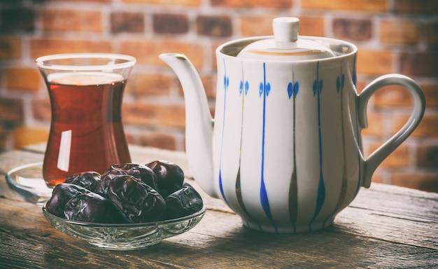 木製のテーブルに日付のお茶