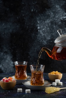 カラフルな表面に喜びのあるお茶